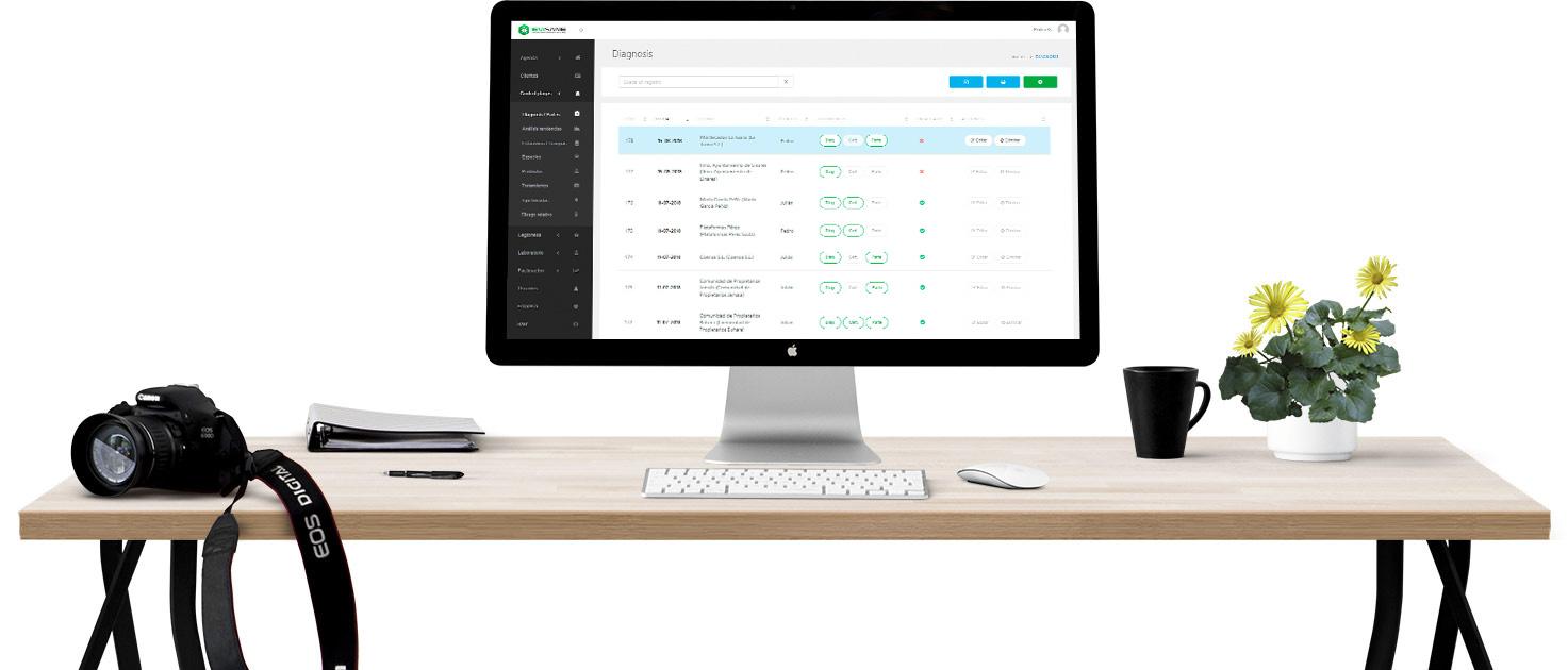 Mesa de PC con EviSane - Software para empresas de control de plagas y sanidad ambiental